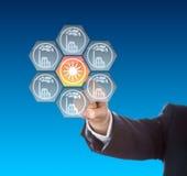 Affärshand som aktiverar solenergisymbolen på blått Royaltyfri Fotografi