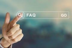 Affärshand som klickar FAQ eller vanliga frågorknappen fotografering för bildbyråer