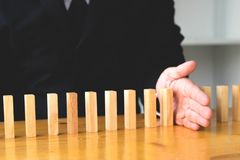 Affärshanden stoppar den fortlöpande valt betydelsen för dominobricka som högt royaltyfria bilder