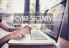 Affärshandmaskinskrivning på ett bärbar datortangentbord med cybersäkerhet Royaltyfri Bild