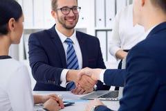 Affärshandskakning på mötet eller förhandling i kontoret, närbild Partners tillfredsställs, därför att underteckna avtalet eller Fotografering för Bildbyråer