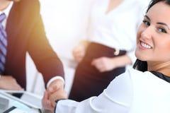 Affärshandskakning på mötet eller förhandling i kontoret Två businesspeoplepartners tillfredsställs, därför att underteckna royaltyfria bilder