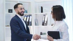 Affärshandskakning - två businesspeople som skakar händer för att avsluta avtal eller överenskommelse arkivfilmer