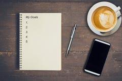 Affärsidé - anteckningsbok för bästa sikt som skriver mina mål, penna, coff Royaltyfri Fotografi