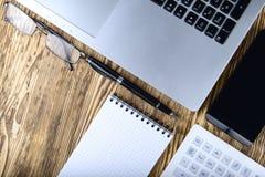 Affärsidé av bärbara datorn, smart telefon, anteckningsbok, penna Royaltyfri Bild