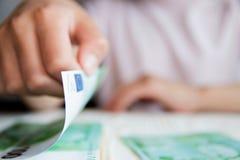 Affärsidé barnhänder som räknar pengar arkivbilder