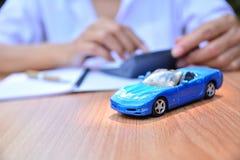Affärsidé, bilförsäkring, försäljning eller köpbil, bilfinansiering, royaltyfria bilder