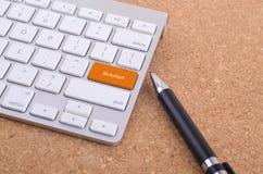 Affärsidé: datortangentbordet med lösningsord skriver in på knappbakgrund, framför 3d och copyspaceområde Royaltyfria Bilder