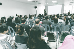 Affärsidé: det asia folket lyssnar i affärsseminarium presen royaltyfri fotografi