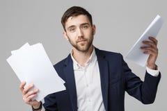Affärsidé - för affärsman för stående stiligt allvarligt arbete med årsrapporten Vit bakgrund kopia arkivfoton