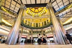 Affärsidé för fastighet och företags konstruktion - se upp sikt i den tokyo stationen med folkmassan av beträffande folkkonturer Arkivfoto