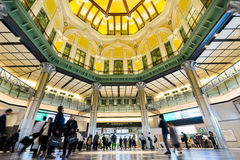 Affärsidé för fastighet och företags konstruktion - se upp sikt i den tokyo stationen med folkmassan av beträffande folkkonturer Arkivbilder