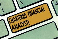 Affärsidé för finansiell analytiker för ordhandstiltext chartrad för investering och finansiell professionelltangentbordtangent royaltyfria foton