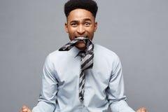 Affärsidé - ilsken afrikansk amerikan med förvirrat skrika med frustrerat uttryck över grå bakgrund royaltyfria bilder