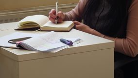 affärsidé 4K En affärskvinna skriver ett affärsplan Härliga kvinnors händer skriver i en anteckningsbok Aff lager videofilmer