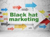 Affärsidé: pil med marknadsföring för svart hatt på grungeväggbakgrund Arkivfoto