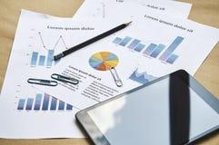 Affärsidé som marknadsför den falska statistikrapporten chairs tabellen för konferensmötelokal royaltyfri fotografi