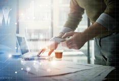 Affärsidébild Affärsman som arbetar det moderna kontoret för nytt startup projekt Hållande moderna smartphonehänder Royaltyfria Foton