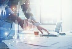 Affärsidébild Bankir som arbetar det moderna kontoret för nytt startup projekt Hållande moderna smartphonehänder Royaltyfria Foton