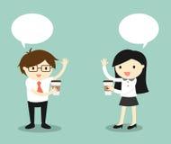 Affärsidéen, affärsmannen och affärskvinnan dricker kaffe och talar till varandra Royaltyfria Bilder