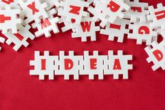 Affärsidén, kreativitet och fantasibegreppet, den vita pusselfigursågen för överflöd med alfabet kombinerar ordet IDÉ och annan b royaltyfria bilder
