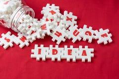 Affärsidén, kreativitet och fantasibegreppet, den vita pusselfigursågen för överflöd med alfabet kombinerar ordet IDÉ och annan b fotografering för bildbyråer