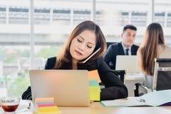 AffärsidésekreterareTalking On The telefon i regeringsställning, affärskvinna på arbete i regeringsställning royaltyfri bild