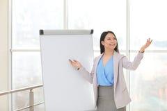 Affärsinstruktör som ger presentation arkivbild