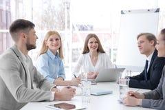 Affärsinstruktör som ger presentation till gruppen arkivbild