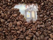 affärskaffe, anmärkning för euro 50 med bakgrund för kaffebönor Royaltyfria Bilder