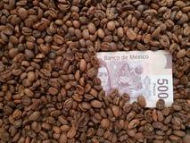 affärskaffe, räkning för 500 mexikanska pesos med bakgrund för kaffebönor Royaltyfri Foto