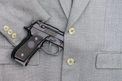 Affärskamp Halvautomatisk handeldvapen i affärsdräkter Royaltyfria Bilder