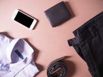 Affärskläderuppsättning av den smarta telefonen, den tillbaka plånboken och baksidabältet i nya anställda för begrepp Royaltyfria Bilder