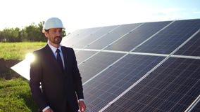 Affärsklient på stationen för sol- energi som ser photovoltaic paneler, arkivfilmer