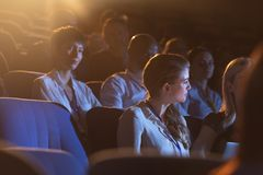 Affärskollega som sitter och lyssnar till presentationen med åhörare arkivbilder