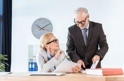 Affärskollegor med skrivbordsarbete Arkivfoton