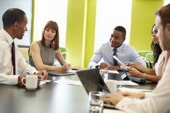 Affärskollegor på ett informellt möte, slut upp royaltyfri foto
