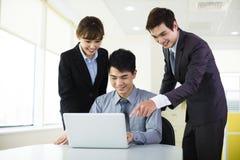 Affärskollegor som arbetar i kontoret Royaltyfria Foton