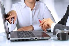 Affärskollegor som arbetar och analyserar finansiella diagram Arkivfoton
