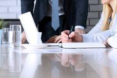 Affärskollegor som arbetar och analyserar finansiella diagram/grafer på en bärbar dator Royaltyfri Bild