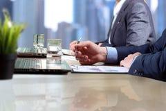 Affärskollegor som arbetar och analyserar finansiella diagram/grafer på en digital bärbar dator Royaltyfria Foton