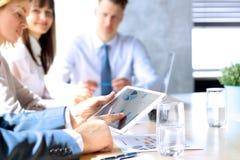 Affärskollegor som arbetar och analyserar finansiella diagram/grafer på en digital minnestavla Royaltyfria Foton