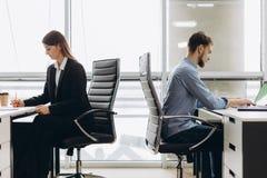 Affärskollegor som arbetar på ett upptaget, öppnar plankontoret arkivfoton