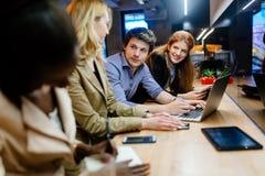 Affärskollegor som förbinder i bar arkivfoton