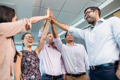 Affärskollegor som ger höjdpunkt fem under möte i regeringsställning arkivfoton