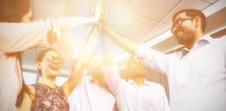 Affärskollegor som ger höjdpunkt fem under möte i regeringsställning royaltyfri foto