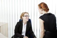 Affärskollegor som har en pratstund Fotografering för Bildbyråer