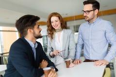 Affärskollegor som har konversation under kaffeavbrott Arkivbild