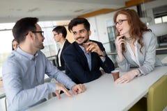 Affärskollegor som har konversation under kaffeavbrott royaltyfria foton