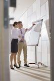 Affärskollegor som i regeringsställning förbereder sig för presentation arkivbilder